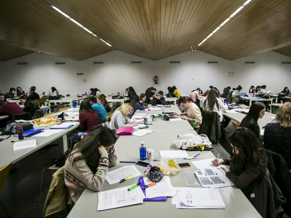 Estudiantes en la biblioteca de la Facultad de Económicas