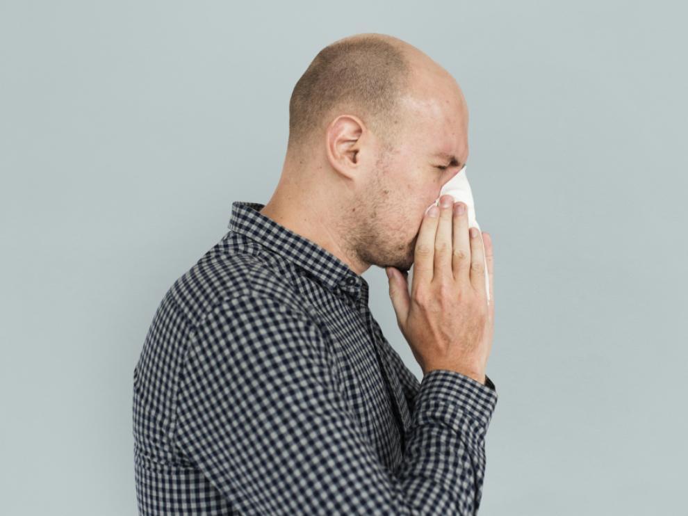 La irritación de las mucosas es uno de los síntomas más habituales, y suele cursar con estornudos.