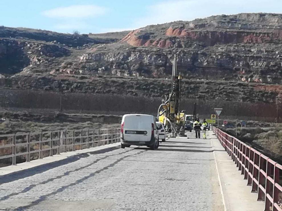Obras de prospección realizadas hace unos días en el puente de la A-1105 en Gelsa.