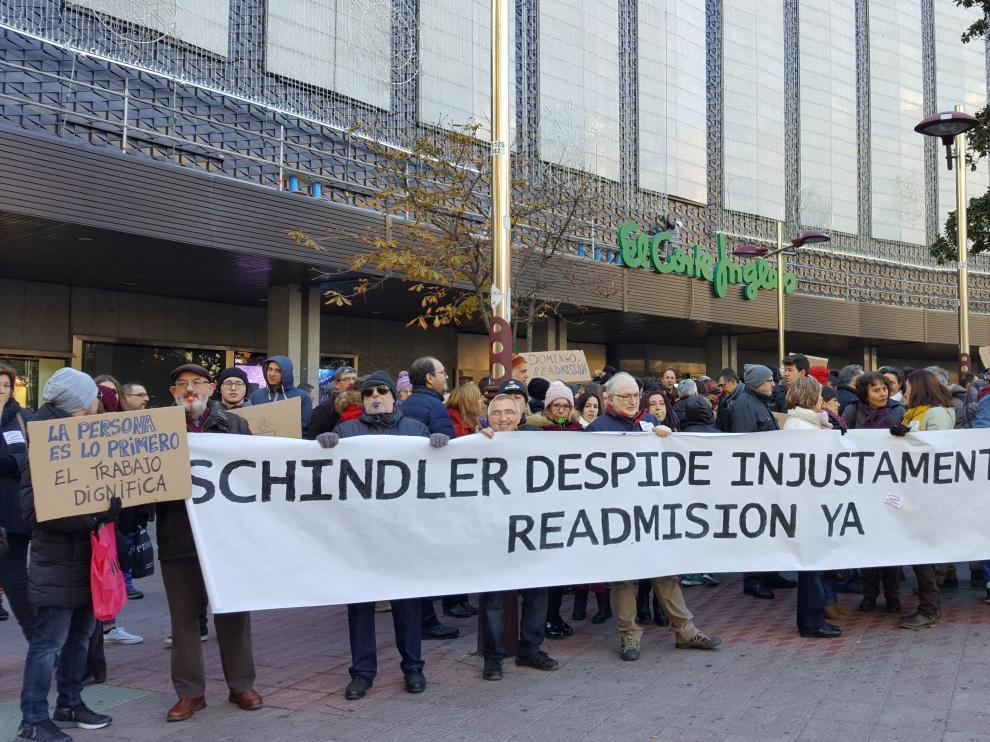 Los trabajadores de Schindler, durante la concentración en la plaza Glorieta Sasera de la capital aragonesa