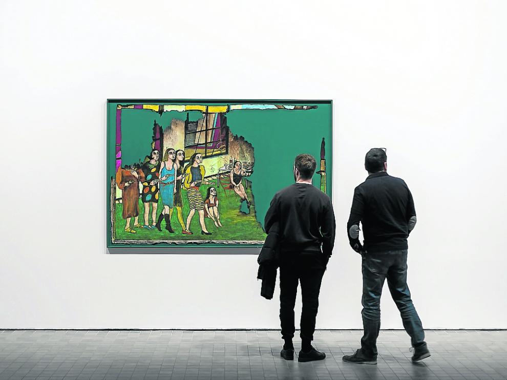 Dos visitantes en 'Viaje de una generación', la exposición sobre Víctor Mira del Pablo Serrano.