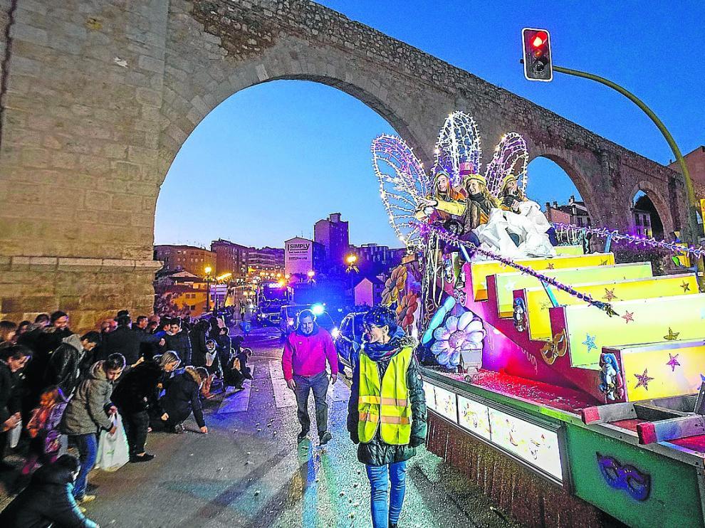La carroza de Melchor, a su paso por debajo del Viaducto de Pierres Vedel entre el numeroso público.