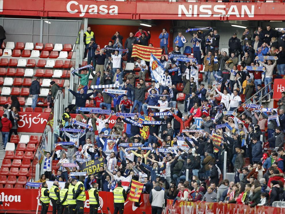 Los aficionados zaragocista apoyaron al equipo en El Molinón.