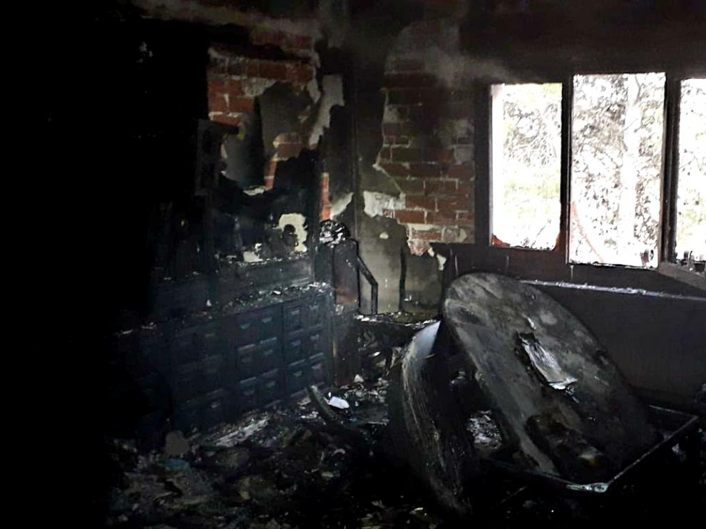El salón de la vivienda incendiada en Chiprana ha quedado totalmente calcinado