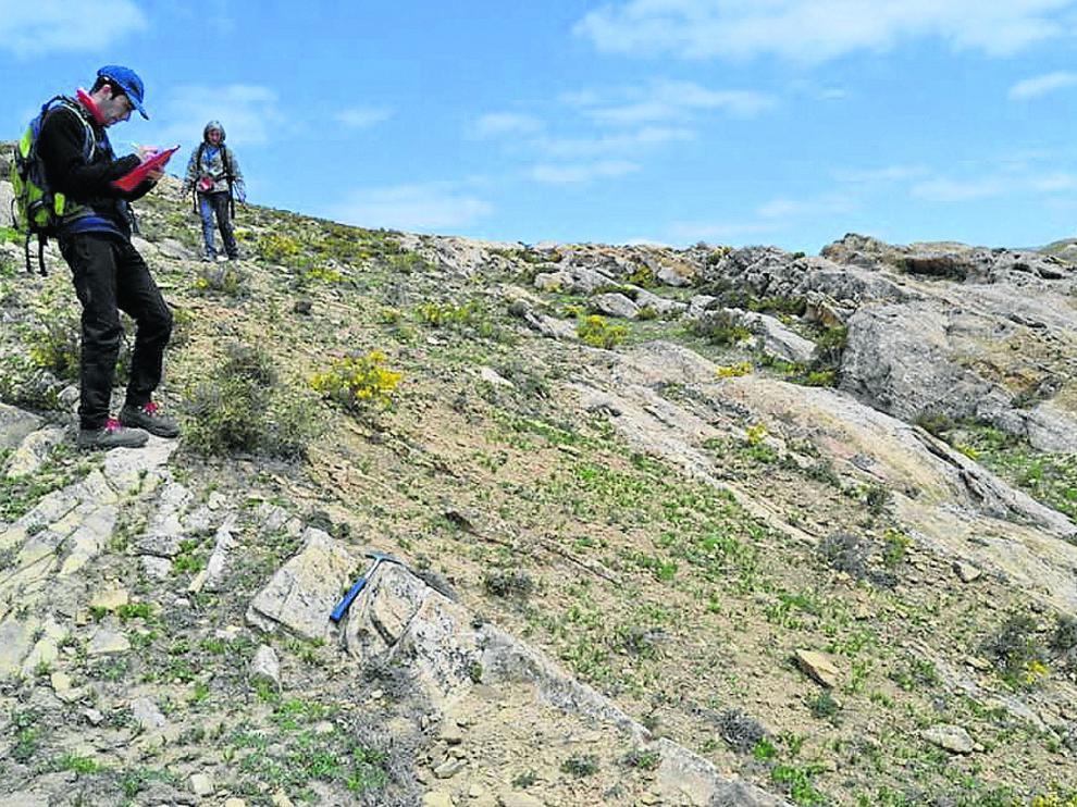 Los investigadores de la Universidad de Zaragoza, durante sus prospecciones geológicas en Galve.