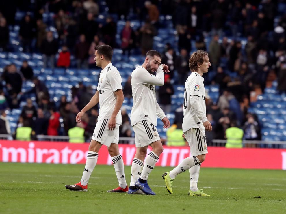 Los jugadores del Real Madrid, cabizbajos tras caer ante la Real Sociedad.