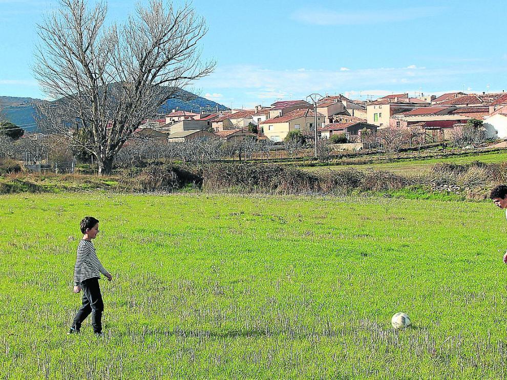 Jesús Vallejo, central del Real Madrid y excapitán del Real Zaragoza, ha rodado en la localidad turolense la serie 'Sin cobertura' para Aragón TV