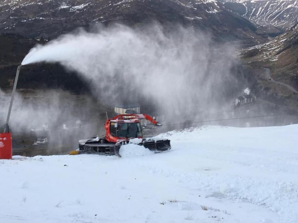 Las pisapistas de Candanchú han estado trabajando la nieve producida artificialmente en los últimos días