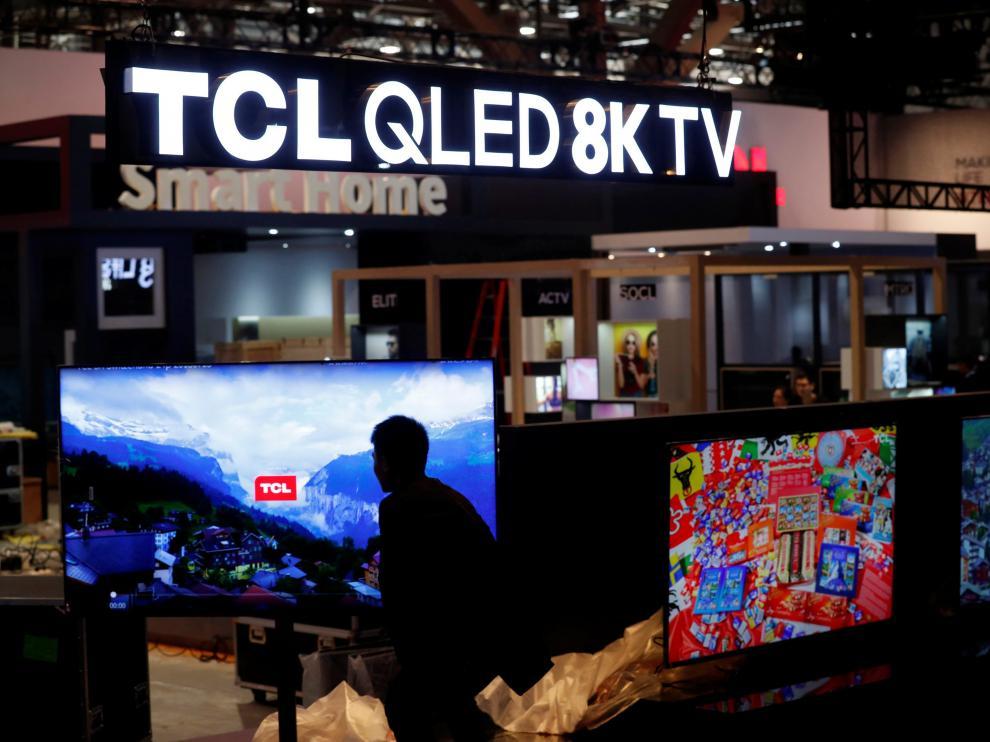 LG sacará al mercado un televisor que se enrolla sobre sí mismo.