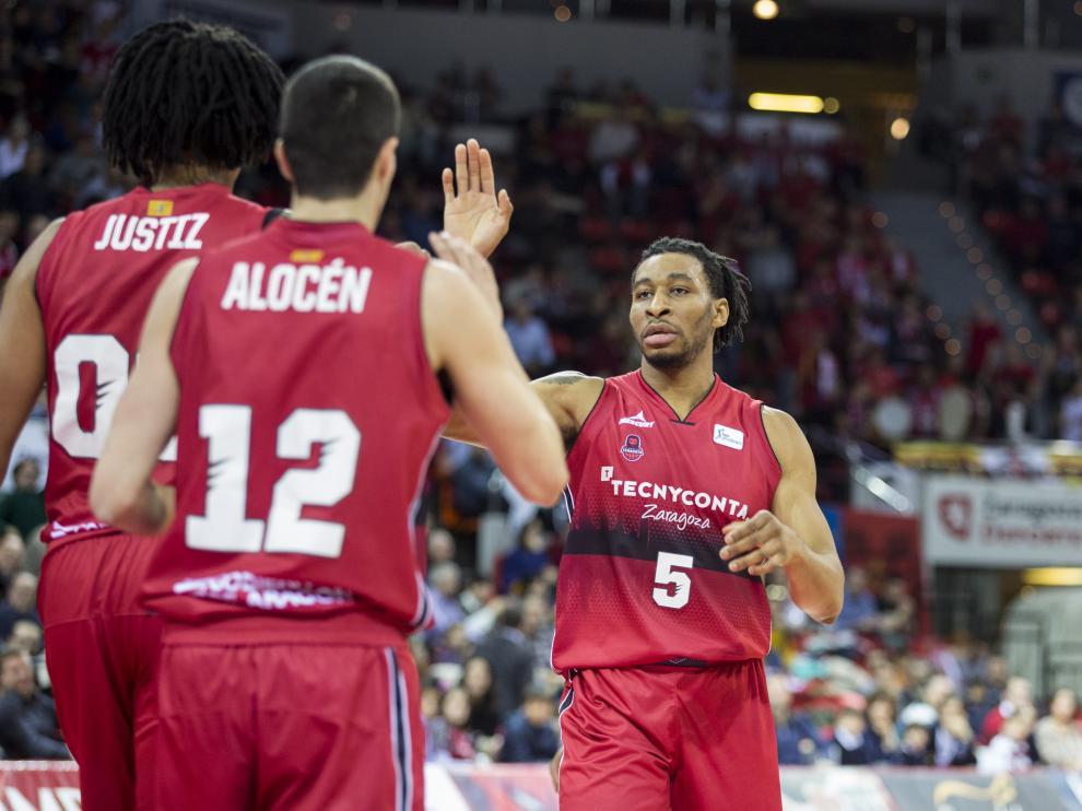 Okoye celebra con Justiz y Alocen la victoria del Tecnyconta ante el UCAM Murcia.