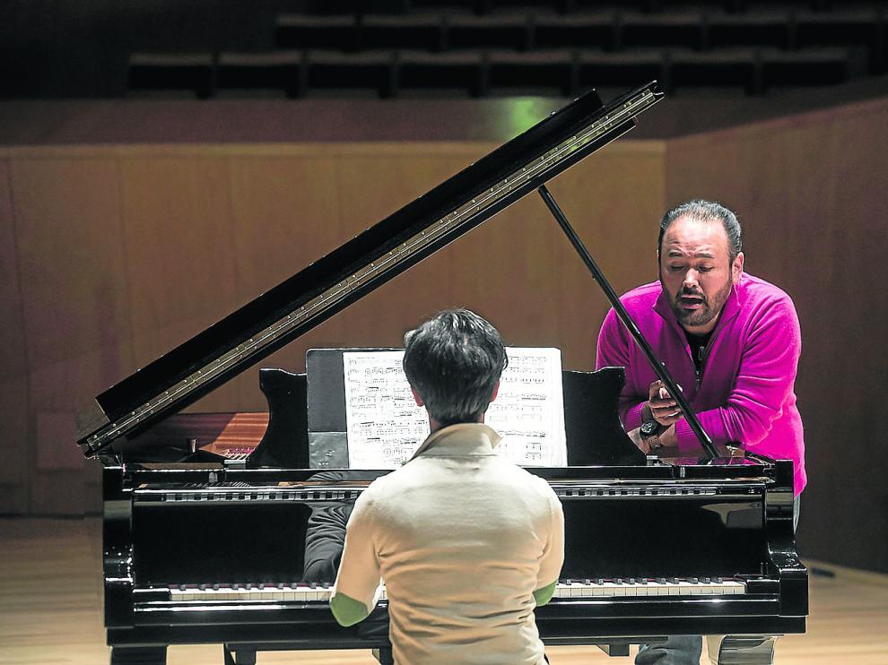 Javier Camarena y el pianista Ángel Rodríguez, ensayando, este lunes, en la Sala Mozart del Auditorio.