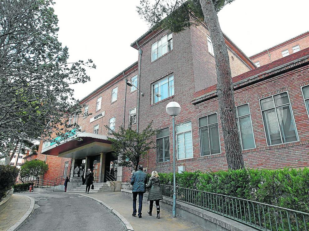 Acceso principal al hospital Obispo Polanco de Teruel, que acusa falta de médicos.