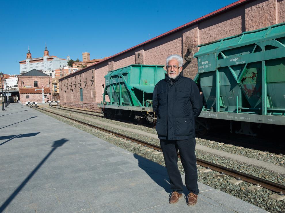 Manuel Gimeno, portavoz de Teruel Existe, en la estación de Teruel, donde se registran frecuentes averías de tamagochis.