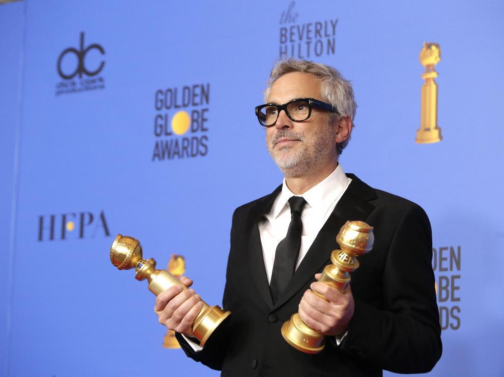 Alfonso Cuaron, premio al mejor director por Roma, con sus dos galardones en los Globos de Oro.
