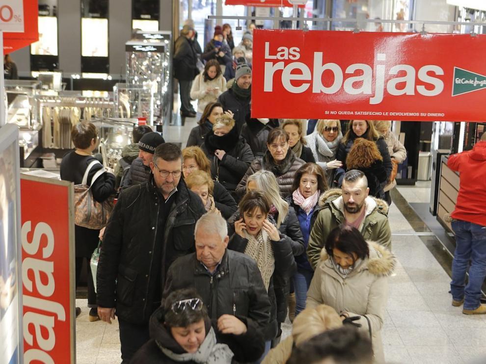 Decenas de personas se acercaron al Corte Inglés del paseo de Sagasta de Zaragoza nada más abrir sus puertas.
