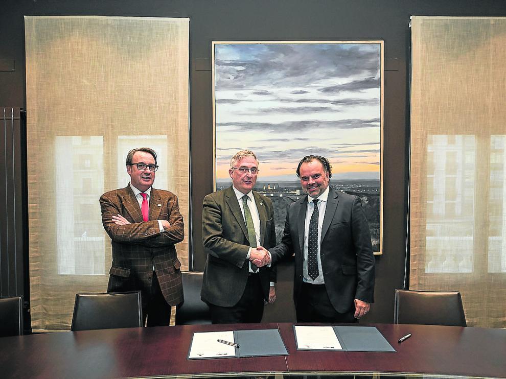 Jorge Díez, gerente de Sarga, el consejero de Desarrollo Rural y Sostenibilidad, Joaquín Olona y el presidente de HENNEO, Fernando de Yarza, ayer