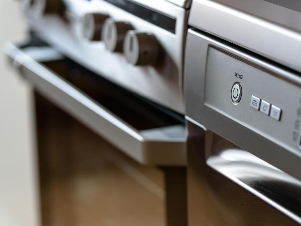 Aunque un producto desengrasante es el mejor aliado, otros procedimientos pueden dejar el horno limpio.