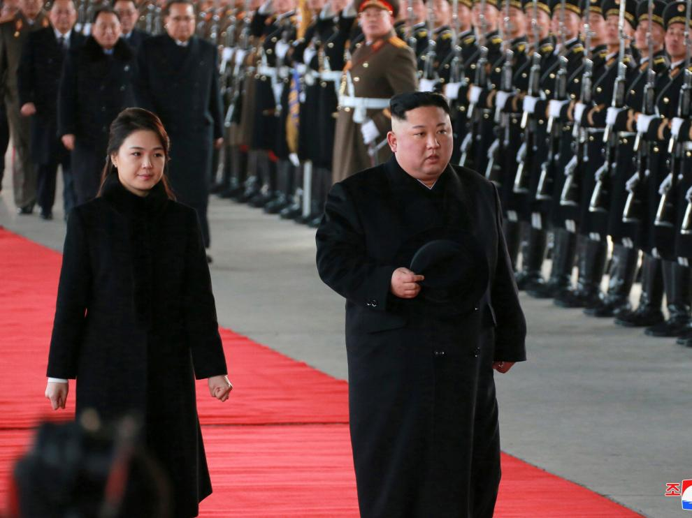 Kim Jong Un junto a su esposa en su salida hacia China.