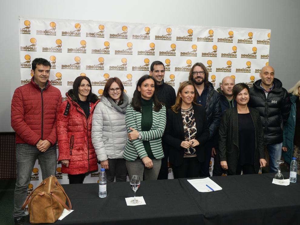 Higinia Navarro y Mayte Pérez -en el centro- posan con un grupo de trabajadores de Dinópolis