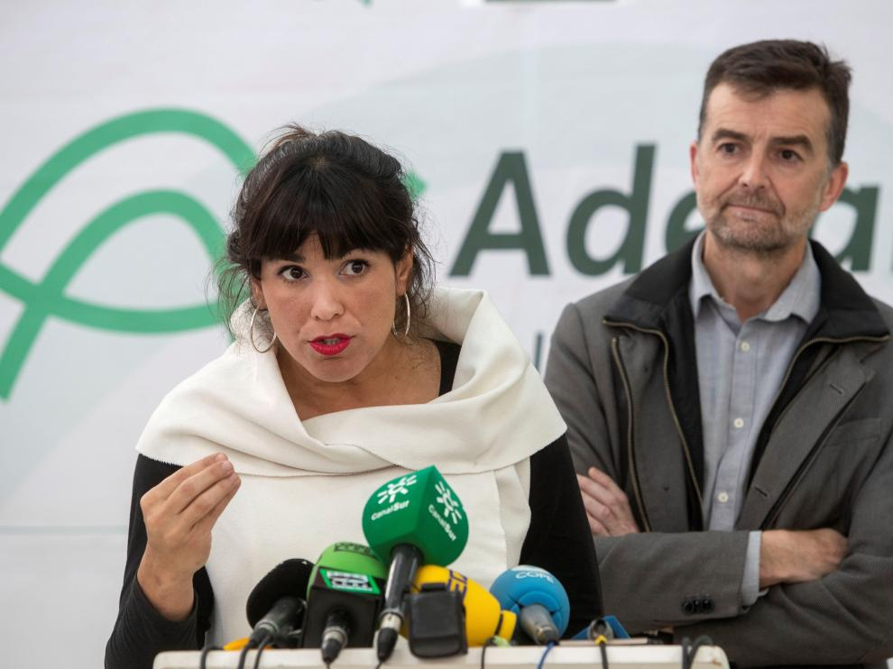 La coordinadora de Podemos Andalucía, Teresa Rodríguez, y el coordinador de Izquierda Unida Andalucía, Antonio Maíllo