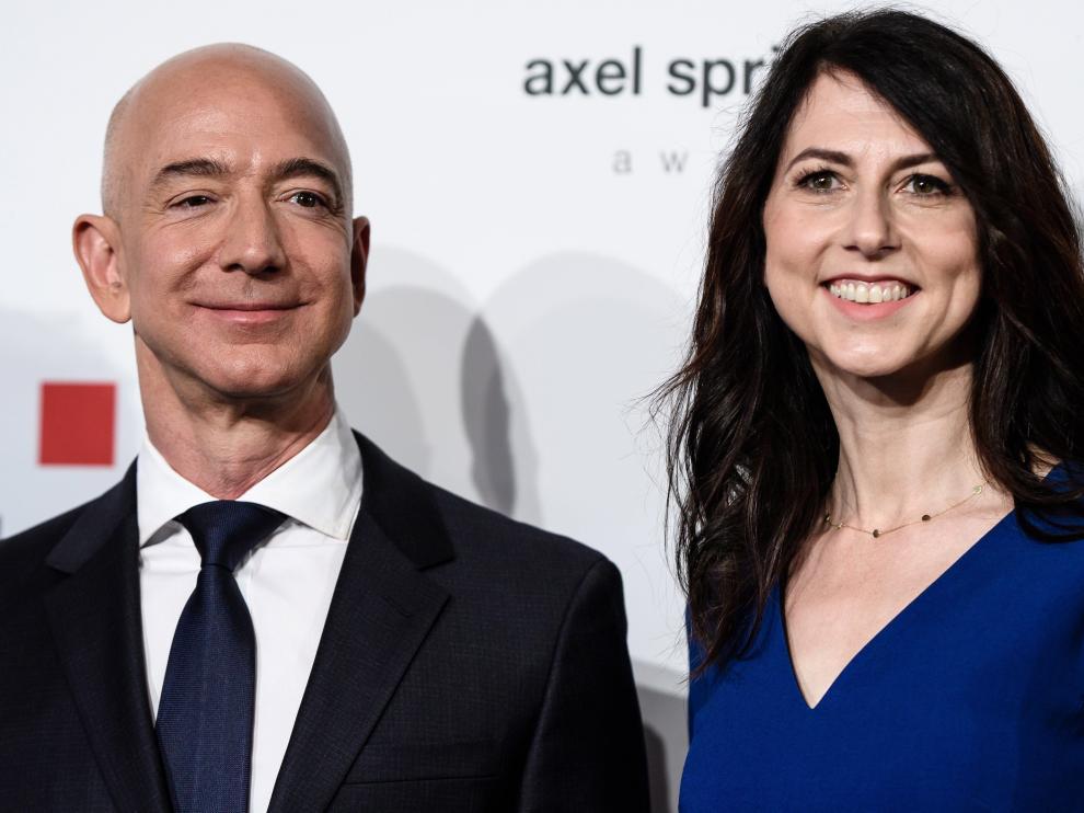Jeff Bezos, y su esposa MacKenzie, en una imagen de archivo.