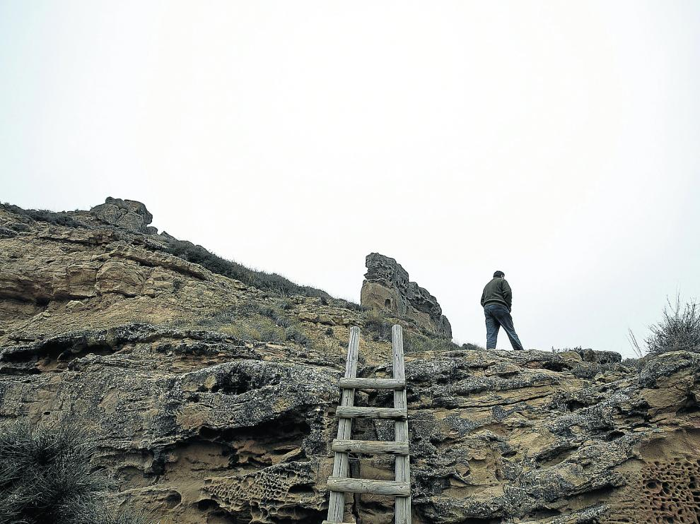Escala de madera para acceder a la base de la Peña Mediodía, enclave emblemático de Piracés.