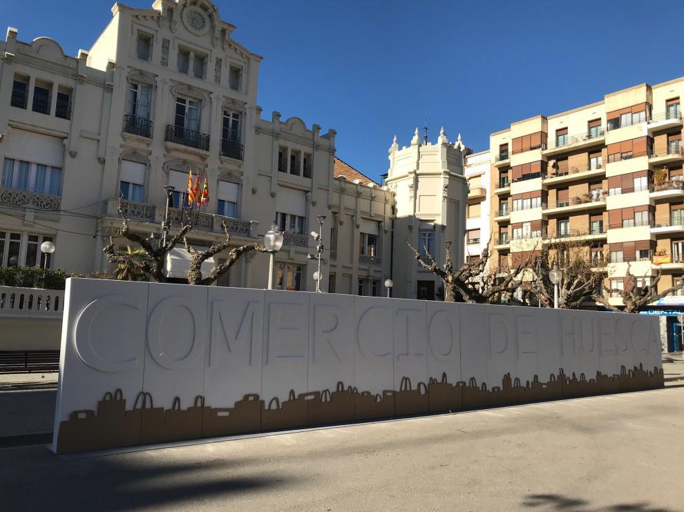 La asociación ha unido las letras repartidas por la ciudad para formar las palabras 'Comercio de Huesca'