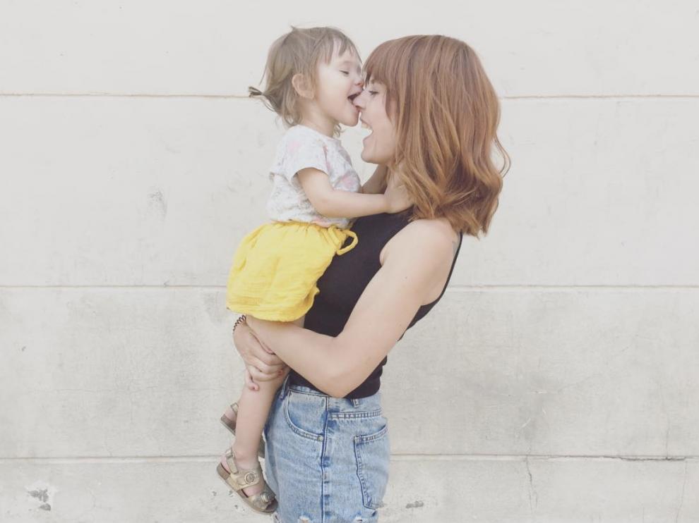 Marta, junto a su hija Olivia.