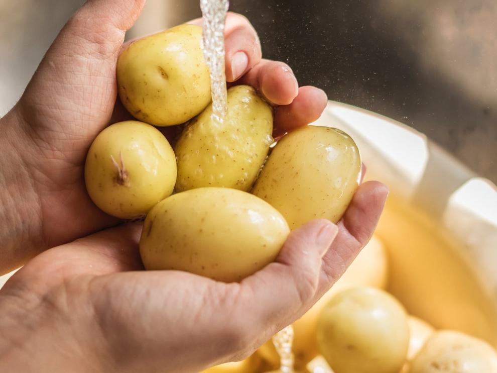 Las patatas hay que lavarlas siempre antes de cortarlas para quitar cualquier resto de tierra posible.