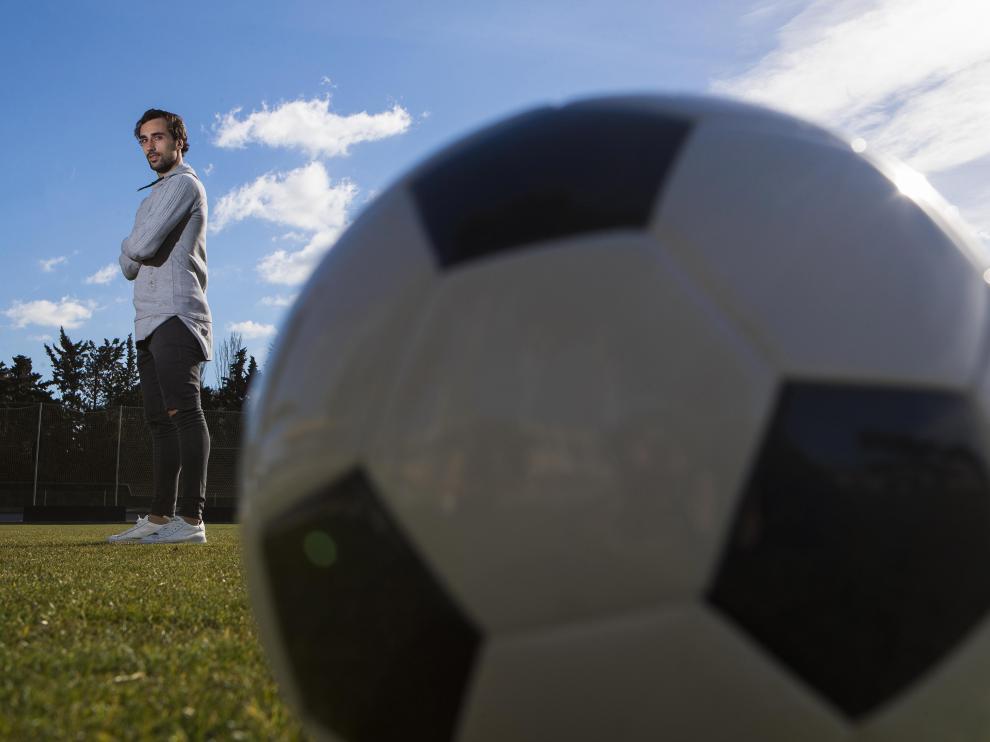 Íñigo Eguaras, sobre el césped de la Ciudad Deportiva, junto a su cómplice y mejor amigo: el balón.