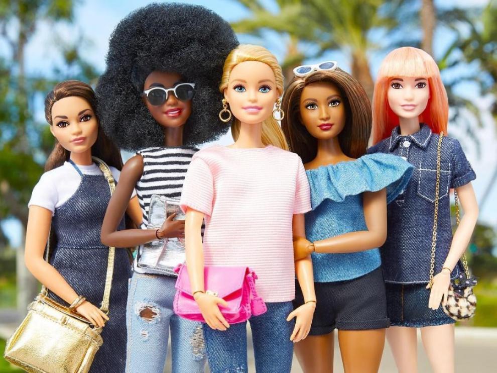 Varios modelos de Barbie.