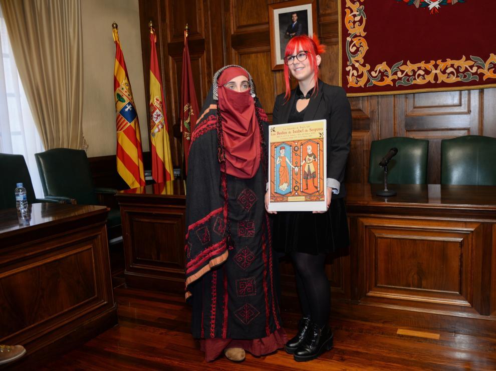 Sara Jornet, ganadora del premio al mejor cartel, junto al traje de mujer bereber premiado.