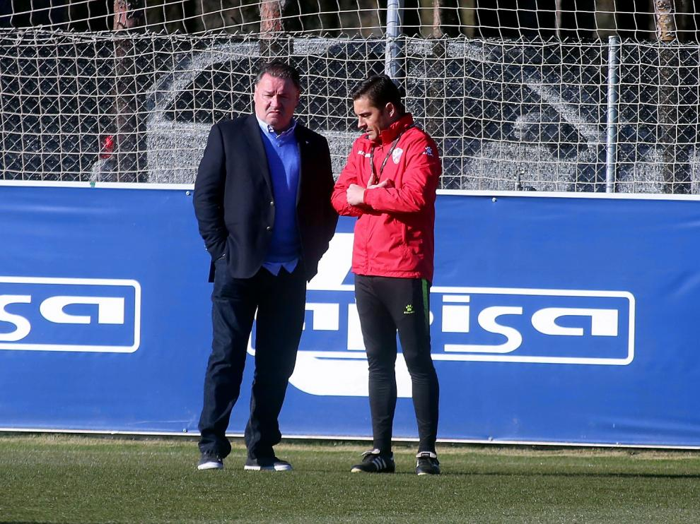 El presidente de la SD Huesca, Agustín Lasaosa, conversa con el entrenador Francisco Rodríguez.