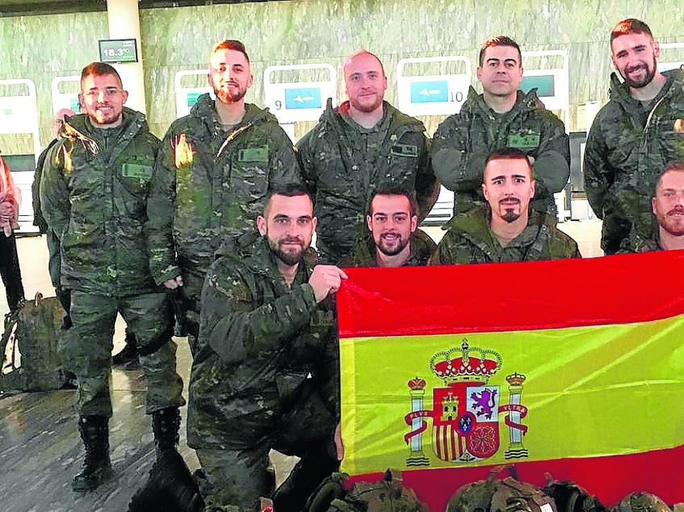 Un grupo de militares de la Brigada Aragón, ayer en el aeropuerto de Zaragoza, al ir a Letonia.