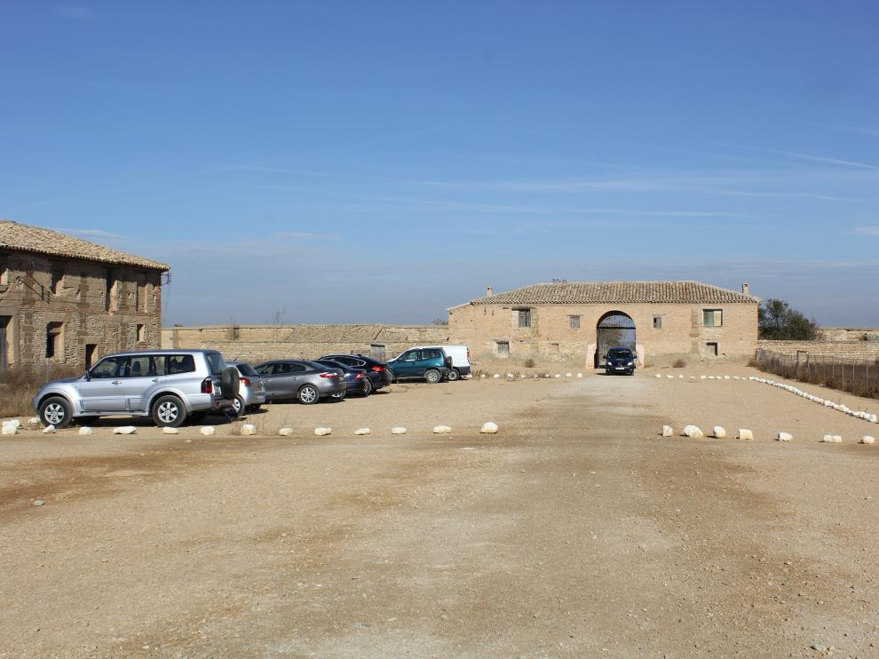El portón y a su lado, el edificio de la portería, donde se va a intervenir