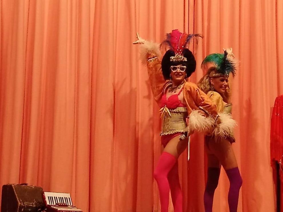 Un espectáculo de cuplé cerró el programa en El Bayo.