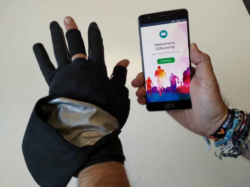 Los sensores del guante miden los cambios físicos que las emociones producen en el corredor. La app DJ-Running elige la música qué más puede estimular su rendimiento