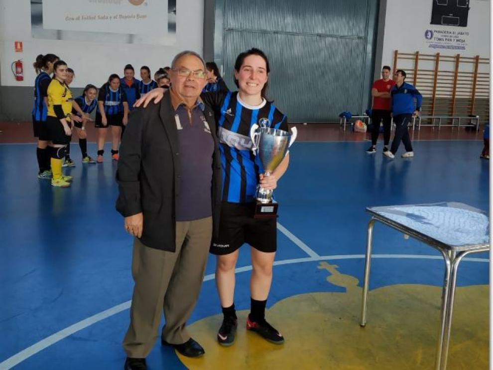 Pedro del Campo, de la FAF, hace entrega del trofeo de campeón a la capitana del equipo cadete