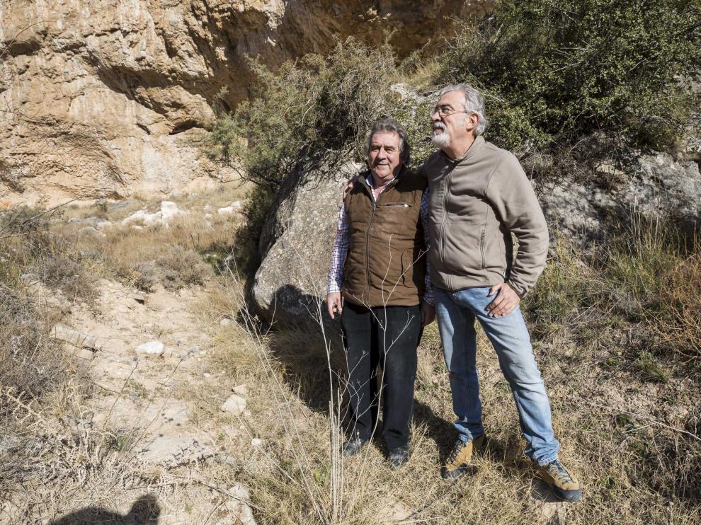 El empresario Josep Andreu (izquierda) y el arqueólogo Ramón Viñas en la zona de La Puebla de Albortón donde se realizó el hallazgo de arte rupestre.