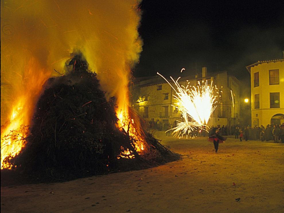 Diablet junto a la hoguera de La Portellada.
