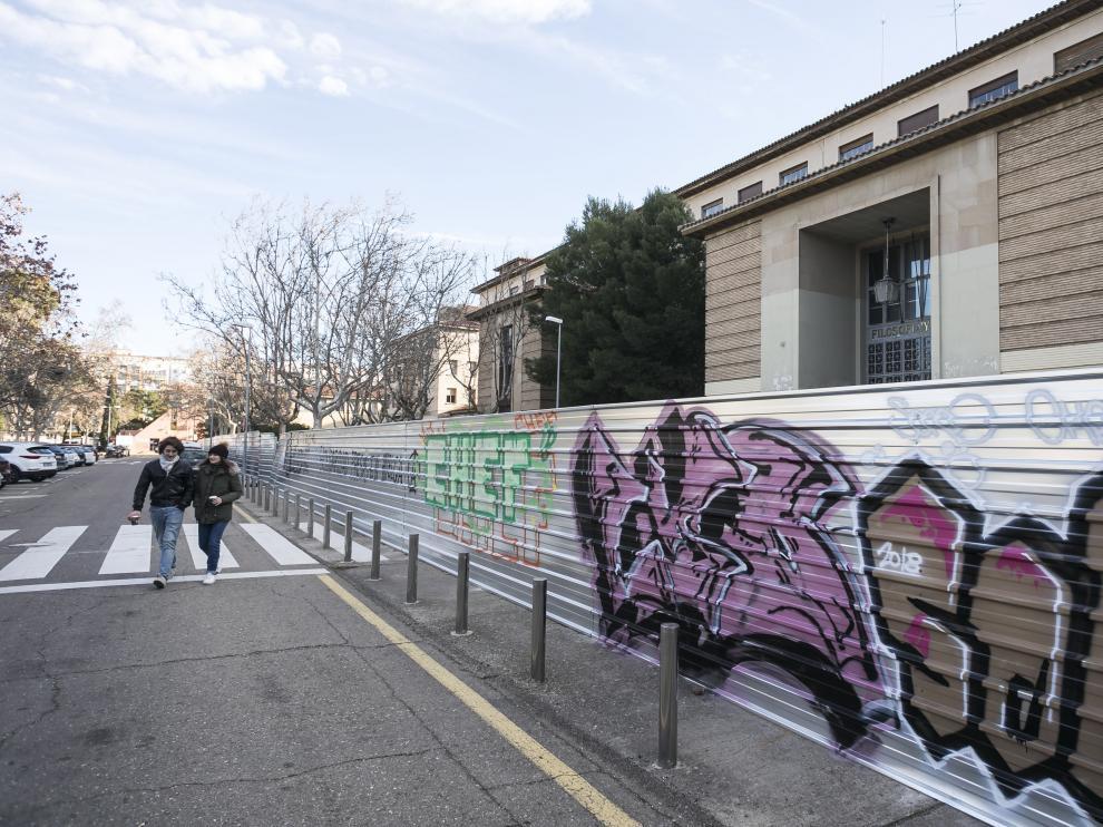 Los edificio de la Facultad de Filosofía y Letras están vallados y a la espera de que comience su derribo