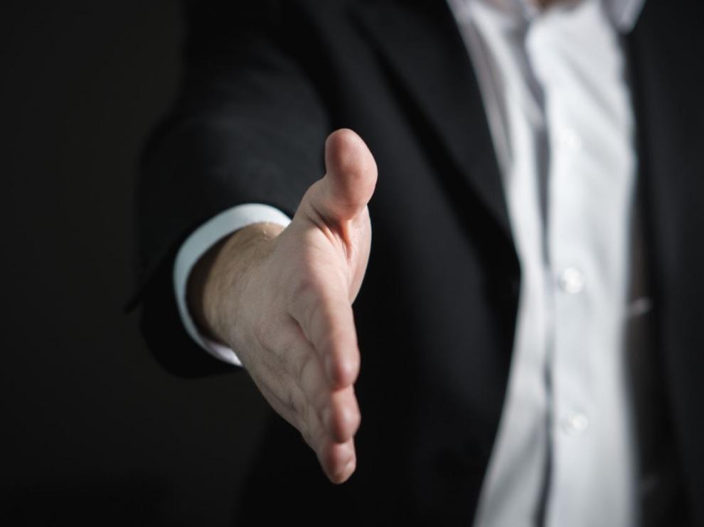 La gente saluda con la misma mano con la que acaba de taparse la boca al toser.