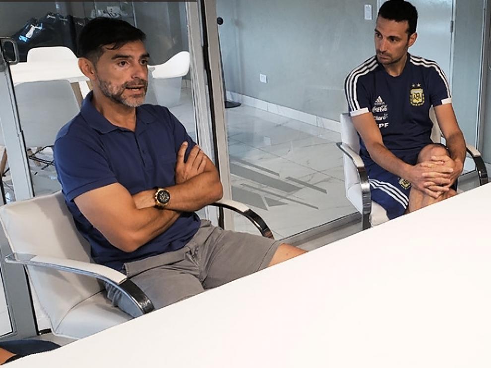 El presidente Claudio Tapia dialogando con Ayala ante Scaloni y Samuel.