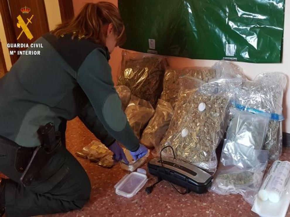 Imagen de una incautación de casi nueve kilos de marihuana en el interior de un maletero en Ariza