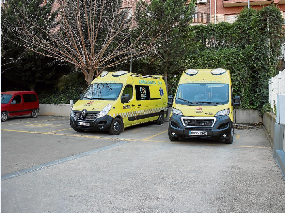 Las ambulancias de Alcañiz, en la fotografía, se aparcan en el parquin del centro de salud.