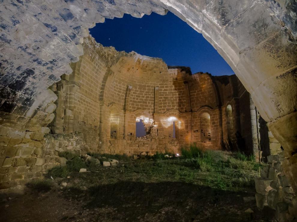 Fotografía nocturna del interior del ábside de la iglesia inconclusa de las Torres del Bayo, en Biota.