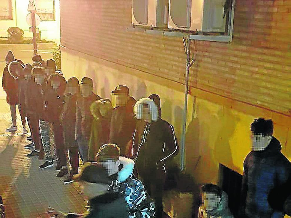 Una veintena de menores se concentraron junto a Mayandía.