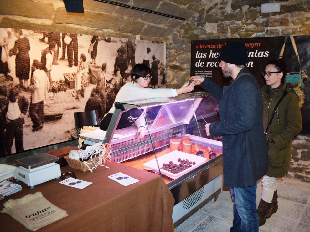 El mercado abre en los bajos de la Casa de la Cultura de Graus entre las 17.00 y las 20.00