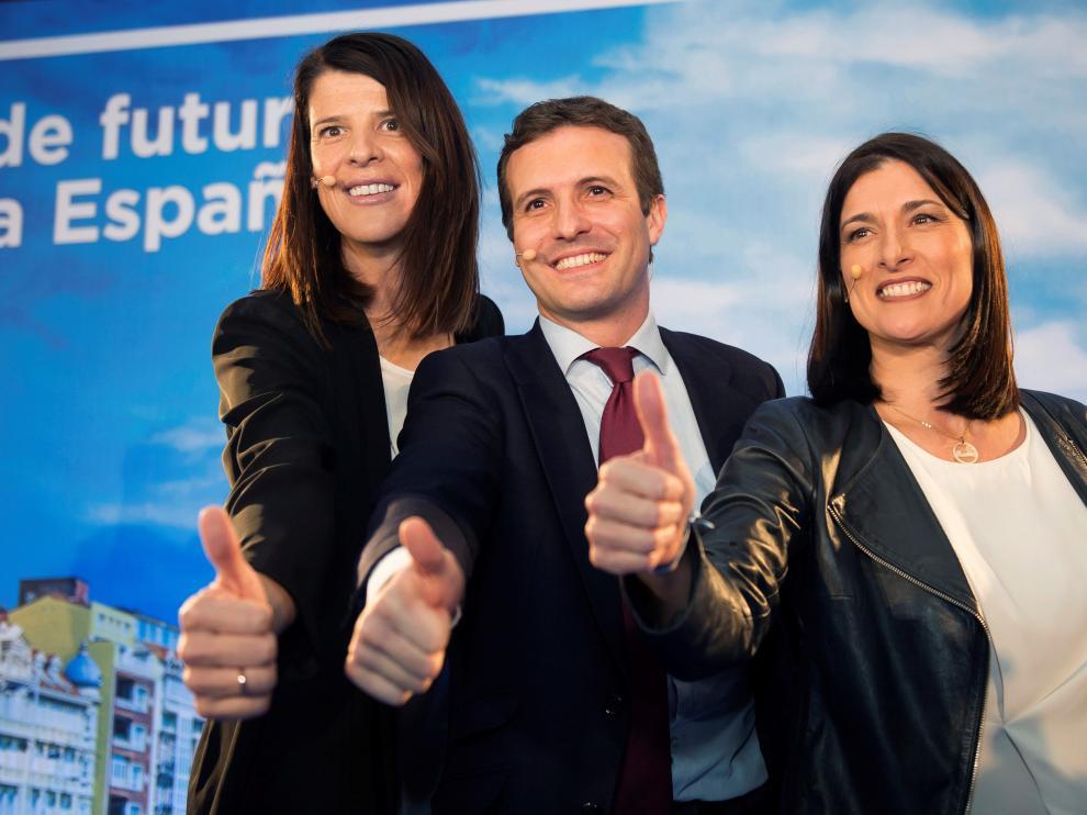 Ruth Beitia (izq.), en un acto del PP en Cantabria.