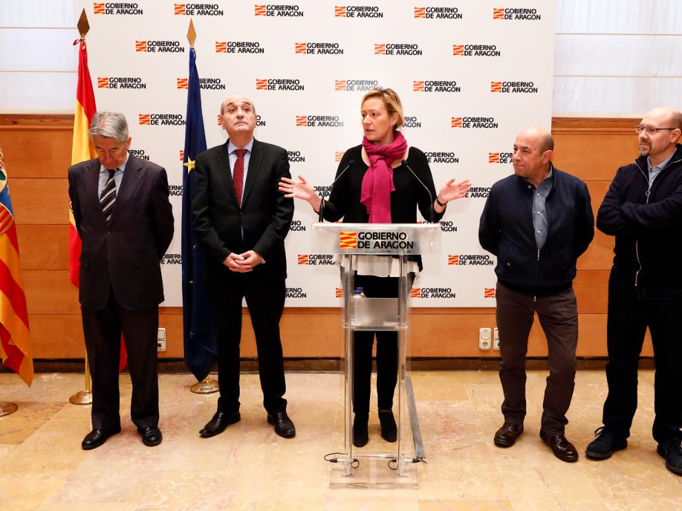 Marta Gastón con los representantes de los agentes sociales en la presentación del programa 'Preparadas para el empleo'.
